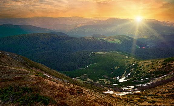 De zon komt op on de bergen
