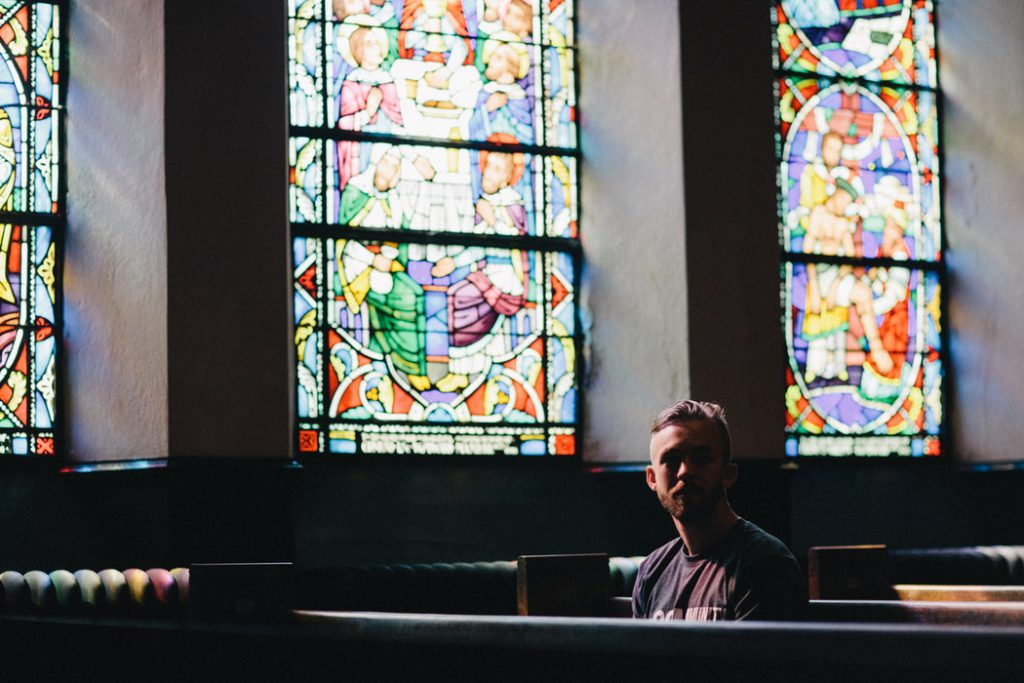 Kan ik geloven in God zonder kerk