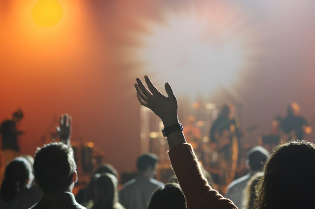 Kan ik geloven in God zonder kerk - aanbidding