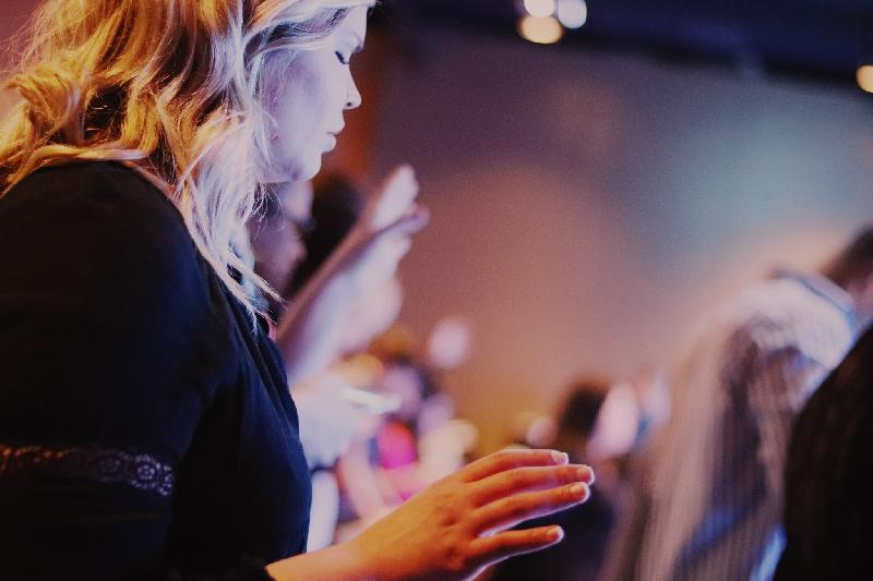 Wat gebeurt er in een kerkdienst - vrouw